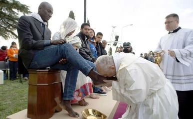 pope-kisses-muslim-feet.jpeg